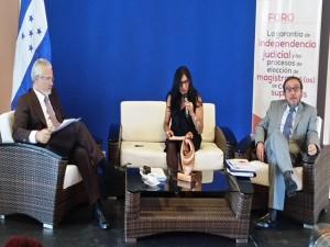 el juez Baltasar Garzón; la abogada hondureña, Reyna Rivera Joya y el magistrado de la Corte Constitucional de Colombia, Luis Ernesto Vargas.