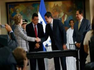 Juan Hernández y Hugette Labelle de TI en la firma del acuerdo.