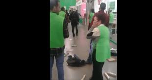 Banda de farderos golpea a empleados de Aurrerá Plaza Universidad