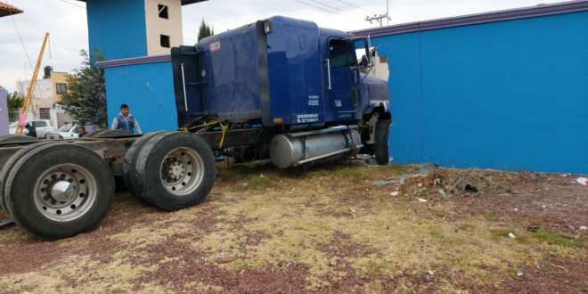 Tráiler impacta barda tras choque en la Pachuca-Sahagún