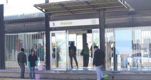 Choca automovilista contra una estación del Tuzobús