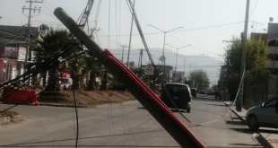 Tras un choque, cae un poste sobre el bulevar Ramón G. Bonfil
