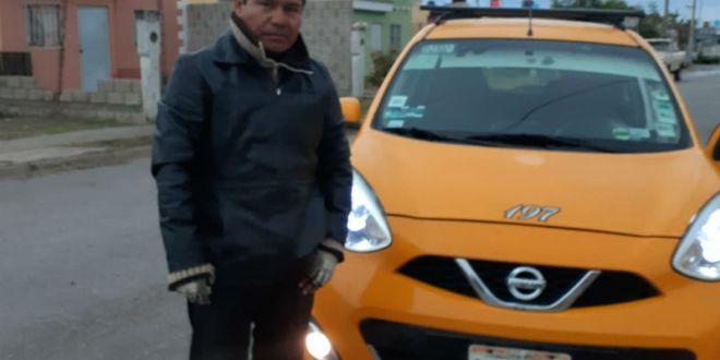 Taxista regresa 12 mil pesos a pasajera y rechaza recompensa, en Torreón