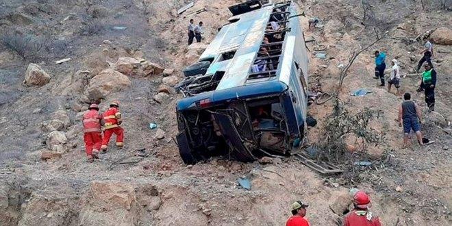 Mueren ocho hinchas del Barcelona de Ecuador al volcar autobús en Perú