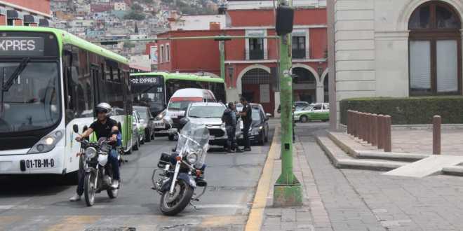 Detienen a dos en plaza Juárez por intento de robo a cuentahabiente