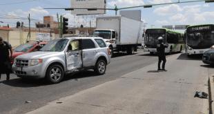 Choque del Tuzobús y camioneta deja 8 personas heridas