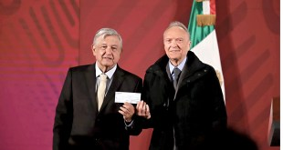 Acusan montaje en entrega de cheque de FGR a AMLO
