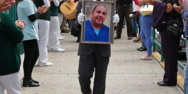 Mariachis aplausos despiden médico muerto Covid