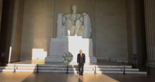 Deposita AMLO ofrenda a Lincoln y Juárez en Washington