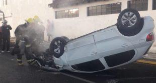 Automóvil se vuelca sobre el bulevar Rojo Gómez, en Pachuca
