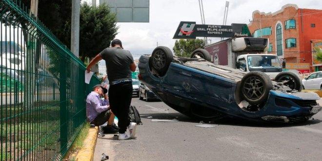 Vuelca auto bulevar Felipe Ángeles Pachuca