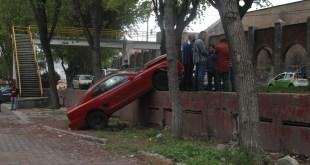 Se impacta Mustang contra árbol en el Nuevo Hidalgo, en Pachuca