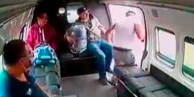 combi Edomex pasajeros golpean asaltante