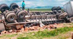 Vuelca camión cerveza Pachuca-Sahagún rapiña
