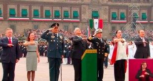 Achican desfile militar López Obrador balcón