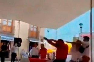 Lanzan huevos jitomates Noroña durante Hidalgo