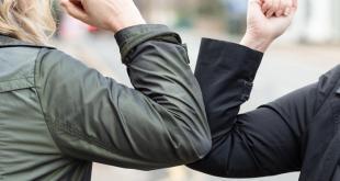 Evita el contacto físico al saludar a las personas