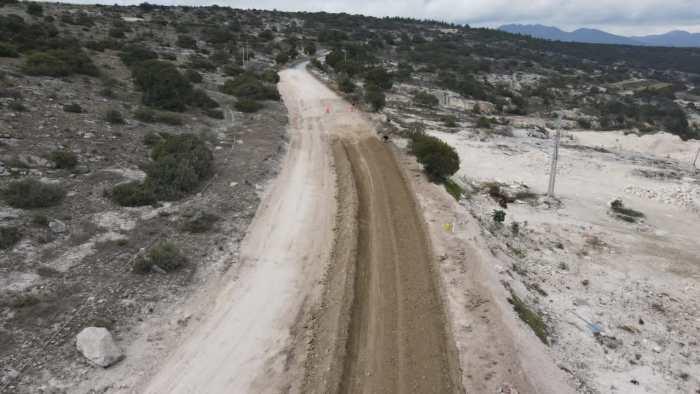 Continúa construcción acceso Grutas de Tolantongo