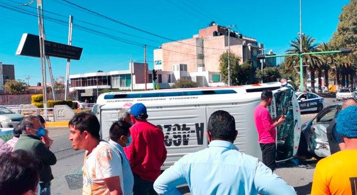 Vuelca combi Pachuquilla avenida Madero Pachuca