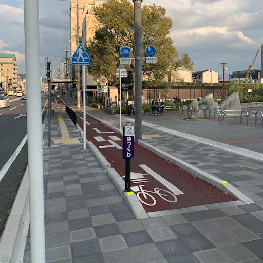 左から自動車・バス停・自転車・歩行者の区分