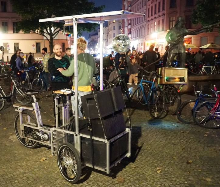 CM Berlin, September 2017 Discokugel und Röhrenradio