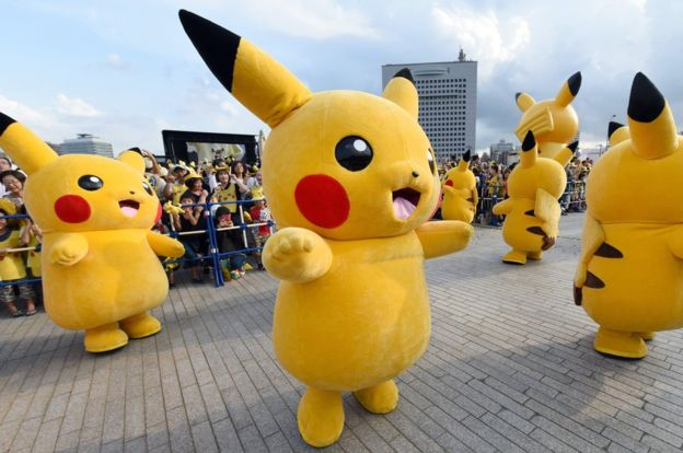 Gente vestida como Pikachu, un Pokémon que se mueve muy rápido y tiene poderes eléctricos.