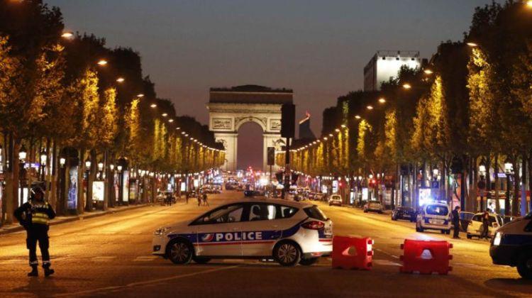 La policía francesa asegura y vigila los Campos Elíseos después del tiroteo. Foto de Christian Hartmann (Reuters)
