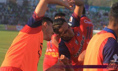 Rudy Barrientos celebra con sus compañeros de la banca de suplentes después de marcar el gol del triunfo frente a Antigua. (Foto: CSD Municipal)