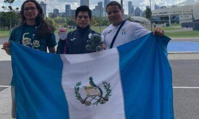 El guatemalteco Jorge Vega sonríe y muestra la medalla de plata que obtuvo en Salto al Potro en el Mundial de Melbourne, Australia. (Foto: COG)