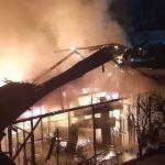 El incendio en la Pensión Mejía, en la zona 1 de Suchitepéquez, ha consumido en su totalidad el edificio. (Foto: Cristian Soto)