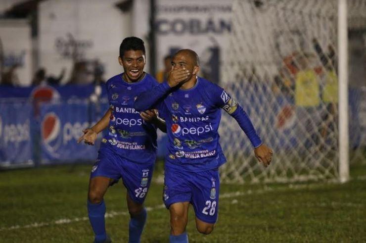 Janderson Pereira (derecha) había puesto a ganar a Cobán Imperial en el primer tiempo. (Foto: Eduardo Sam)
