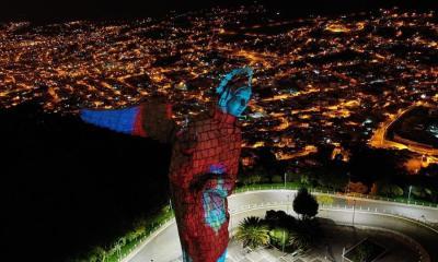"""En la imágen aparece la """"Virgen de Legarda"""" con el reflejo del escudo de una de las instituciones encargadas de combatir la propagación del coronavirus, en Quito, capital de Ecuador. (Foto: EFE)"""