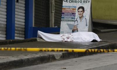 La fotografía muestra un cadáver abandonado a las afueras de un centro médico, este miércoles en el sector la Casuarina, Guayaquil. (Foto: EFE)