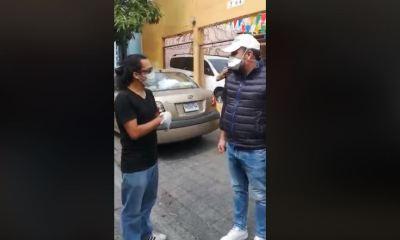 Emilio Mollina, gerente de Café Rayuela, habla con Roberto Arzú previo a decirle que no recibirían su donación. (Foto: Captura de video)