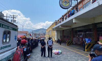 Los bomberos voluntarios que permanecen en cuarentena observan desde la terraza de la estación las palabras emotivas de sus colegas del BMD. (Foto: BMD)