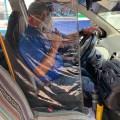 El taxista de Cobán, Reginaldo Xoy, ideó una particular forma de protección del COVID-19, tanto para él como para su familia y clientes. (Foto: Eduardo Sam)