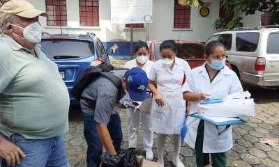 Las mascarillas fueron donadas al personal médico y de enfermería del Hospital Nacional de Mazatenango. (Foto: Cristian Soto)