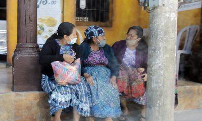 La falta de obediencia puede ser una de las claves en la propagación del COVID-19. En la imágen se observa a algunos vecinos en el occidente del país, que no guardan el distanciamiento social mientras consumen sus alimentos en la zona 3, de Xela. (Foto: Carlos Ventura)
