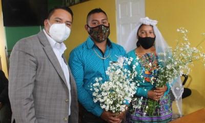 El alcalde de Cabricán, Eleazar López, casó a las hermanas Marcelina y Violeta de apellidos Escalante Ramírez con los hermanos Agustín y Santos de apellidos Ramírez Méndez. (Foto: Carlos Ventura)