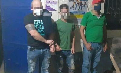Las autoridades le hicieron el alto para un control de rutina al vehículo y al momento de su registro descubrieron el dinero y las balas, por lo que fueron capturados los tres hondureños. (Foto: PNC)
