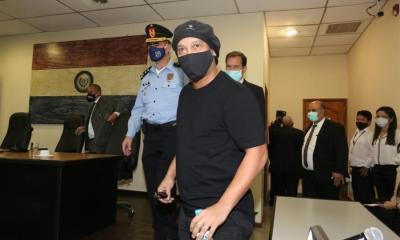 El exastro brasileño Ronaldinho salió libre este lunes de los cargos que se le imputaban en un caso de falsificación de documentos en Asunción, Paraguay. (Foto: EFE)