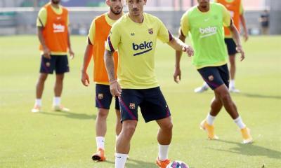 El delantero francés del FC Barcelona, Antoine Griezmann (c), durante el entrenamiento efectuado esta mañana en la ciudad deportiva del club azulgrana para preparar el duelo de cuartos de final de la Champions League ante el Bayern de Múnic de este próximo viernes.