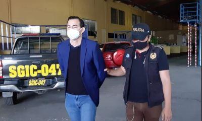 Este es el momento en que agentes de la PNC trasladan a Marco Pappa hacia la Torre de Tribunales, luego de que este se entregara en las instalaciones del Ministerio Público, en el Barrio Gerona, en la zona de la ciudad capital. (Foto: Twitter)