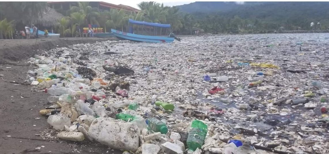 Las autoridades acordaron resolver el problema de la basura que arrastra el río Motagua desde Guatemala hasta Honduras y que afecta al medioabiente y a la salud. (Foto: 11Noticias Honduras)