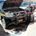 Mecánicos de la PNC reparan una patrulla en la zona 1 de Quetzaltenango. (Foto: Carlos Ventura)