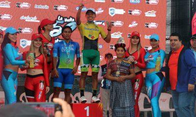 El año pasado en su natal Totonicapán, Alfredo Ajpacajá, ganó la sexta etapa de la Vuelta a Guatemala, y fue felicitado por el alcalde Luis herrera -de chumpa azul-. (Foto: Carlos Ventura)