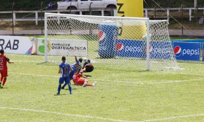 Pedro Altán remata frente al portero de Sacachispas y el balón va al fondo del arco de los orientales para el 2-0. (Foto: Eduardo Sam)