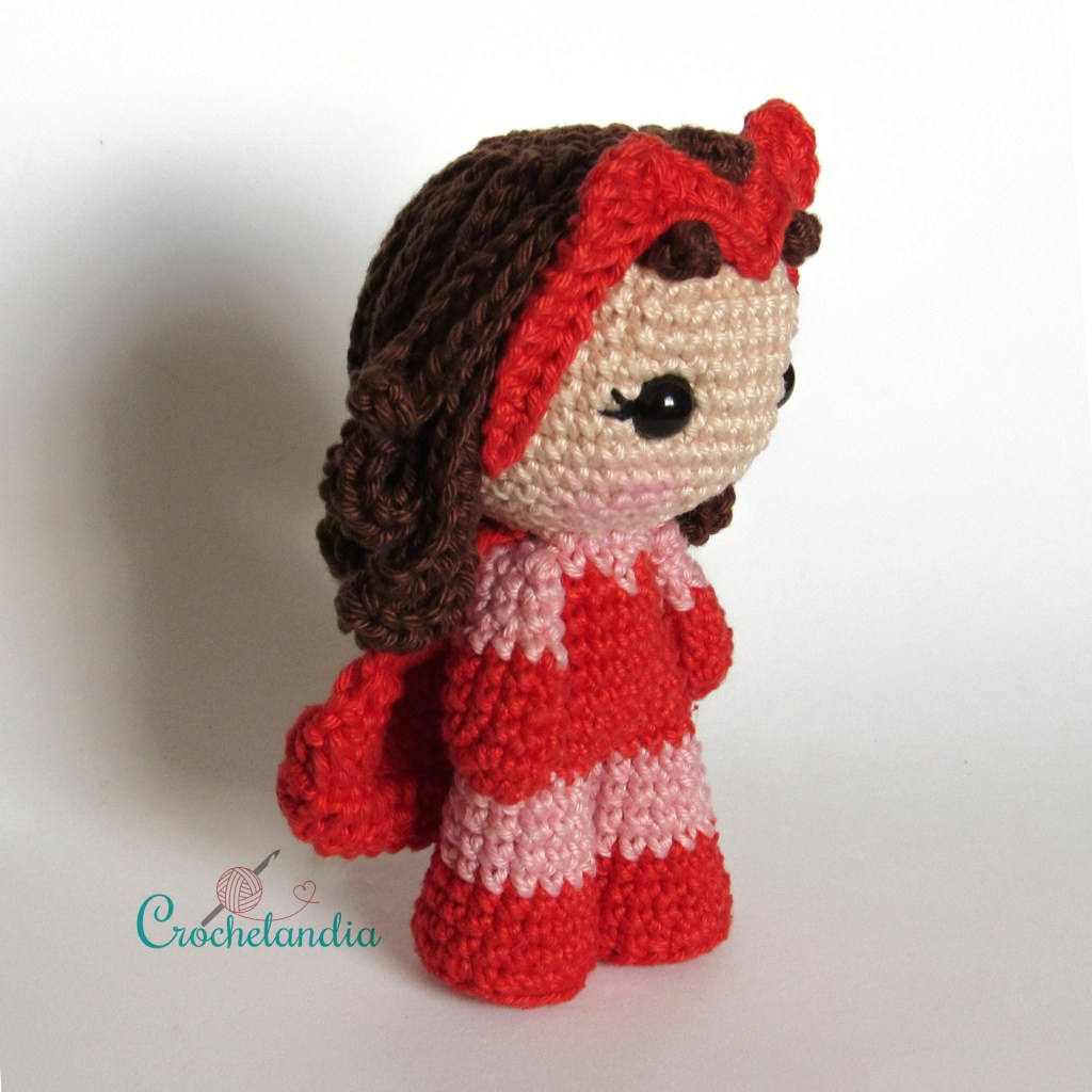 Toy Art Amigurumi Feiticeira Escarlate - by Crochelandia