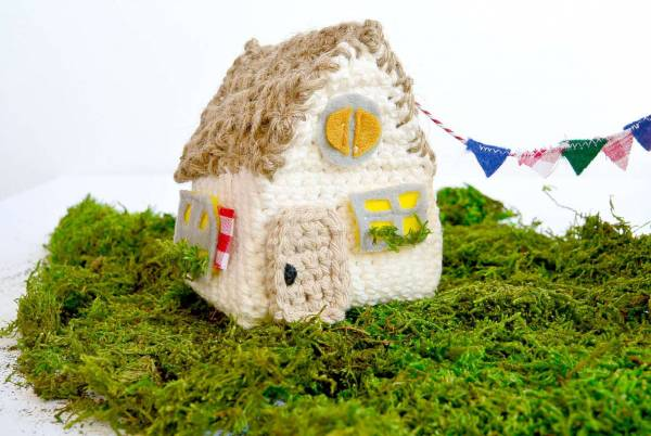 Crochet-House-Pattern-with-Toys