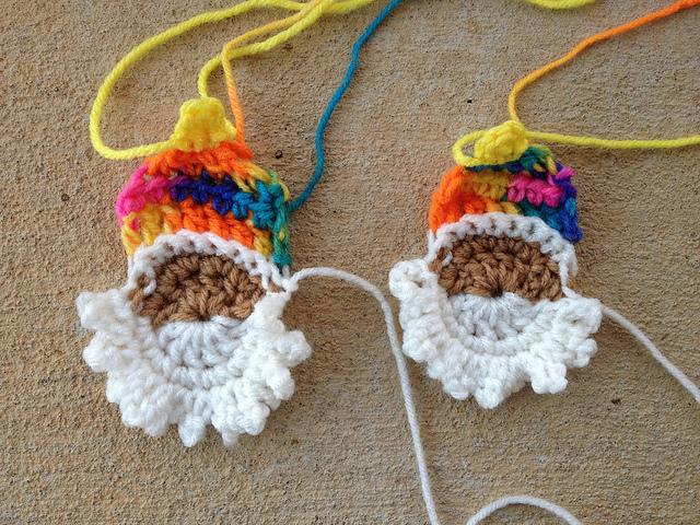 two crochet santa heads, crochetbug, crochet appliqué, appliqué crochet, crochet embellishment